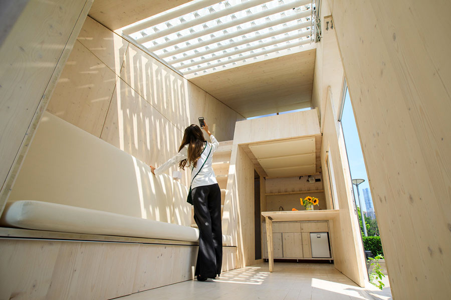 Living interno della casa in legno autosufficiente ed ecologica