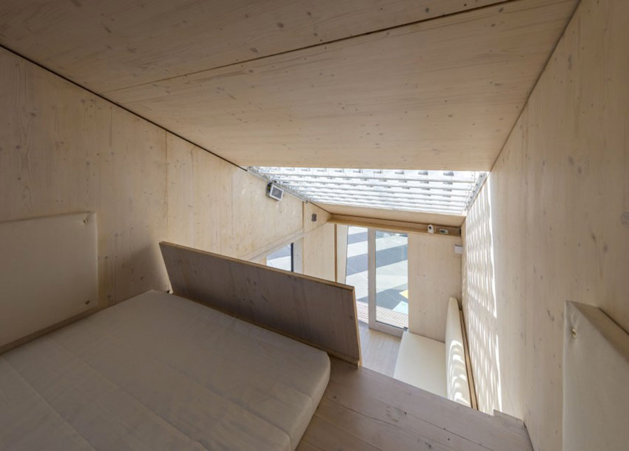 Panoramica dell'interno della casa in legno autosufficiente ed ecologica