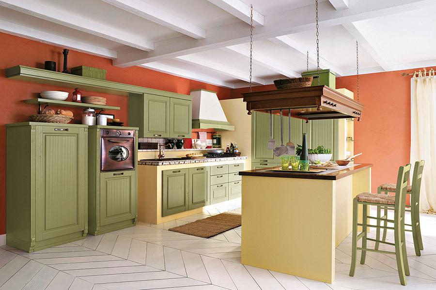 Colore arancione per pareti di cucine classiche n.01