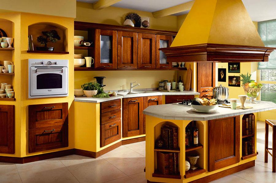 Colore giallo per pareti di cucine classiche n.04
