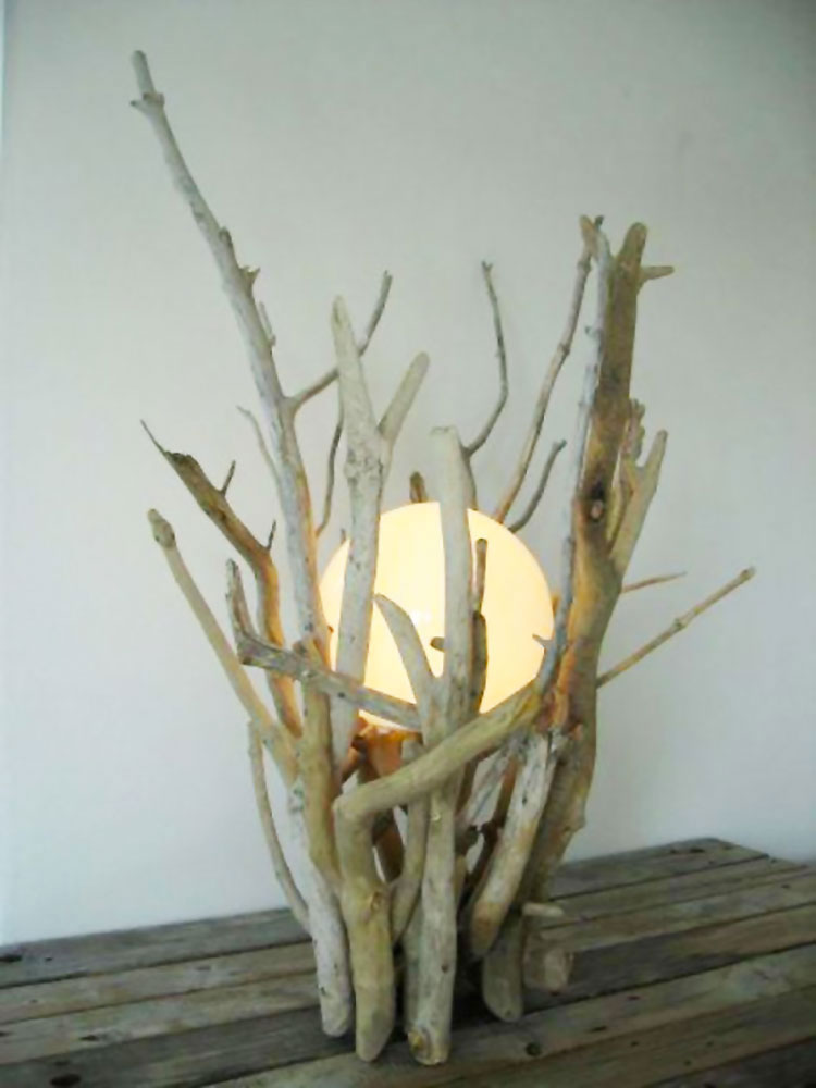Modello di lampada da tavolo in legno fai da te con rami n.02