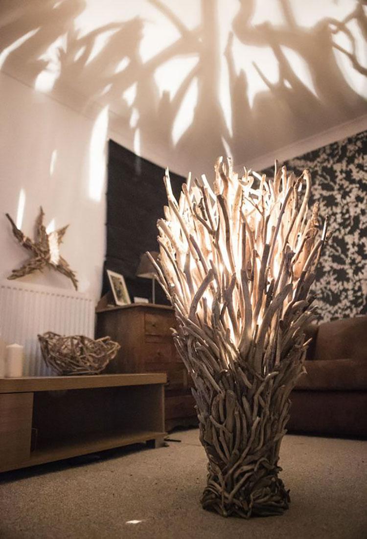 Modello di lampada da terra in legno fai da te con rami n.03
