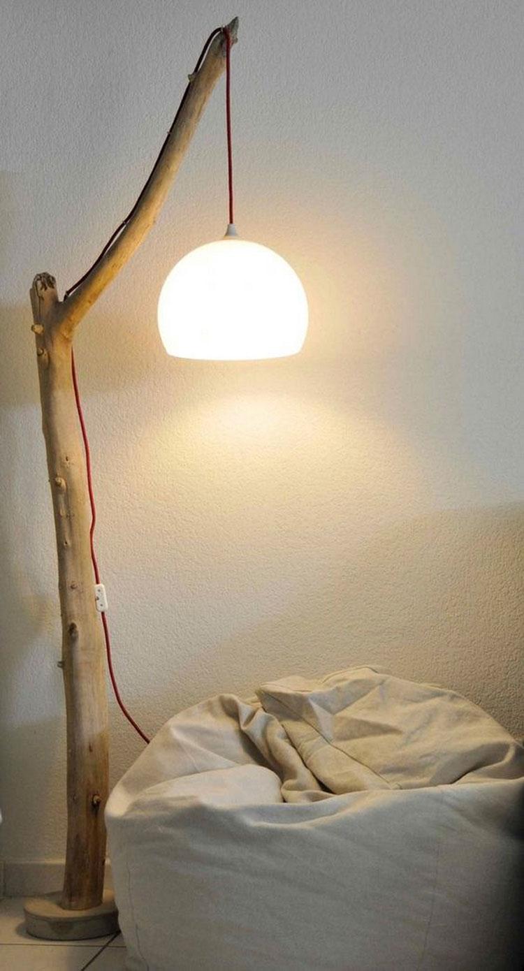 Modello di lampada da terra in legno fai da te con rami n.04