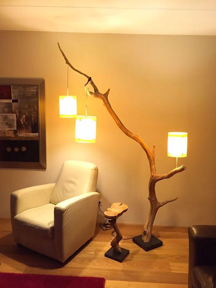 Modello di lampada da terra in legno fai da te con rami n.06