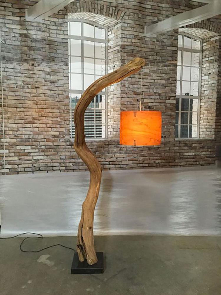 Modello di lampada da terra in legno fai da te con rami n.07