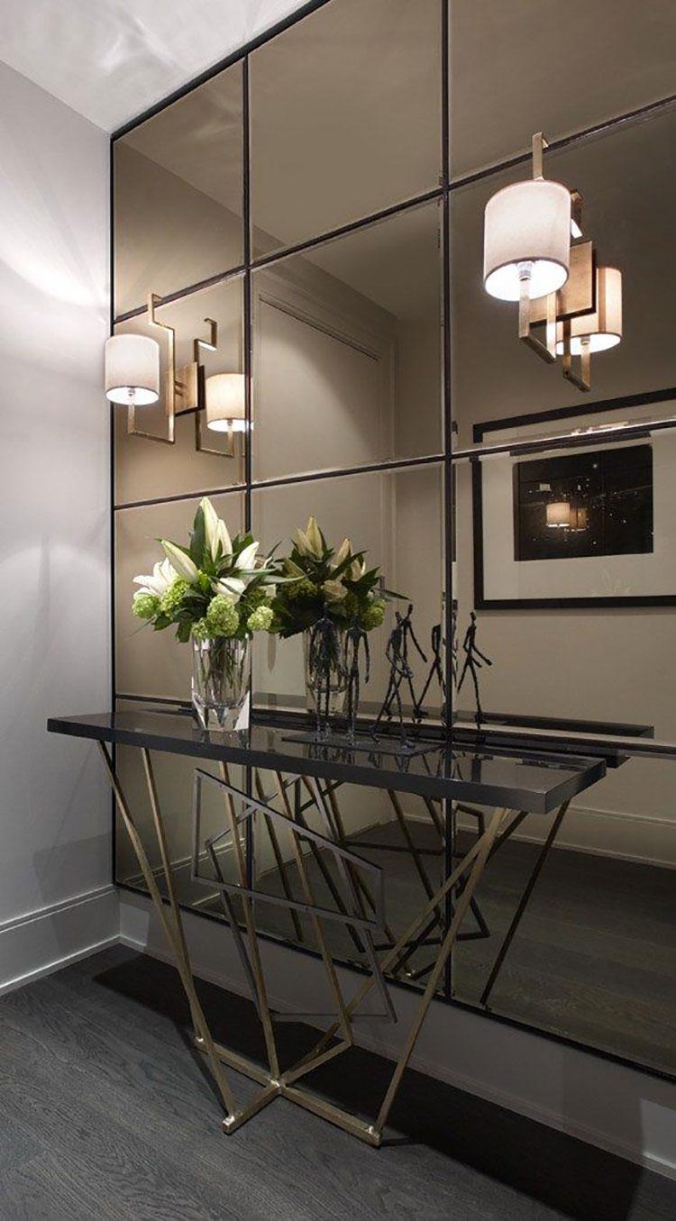 Ingresso piccolo e buio pareti specchiate e specchi n.01
