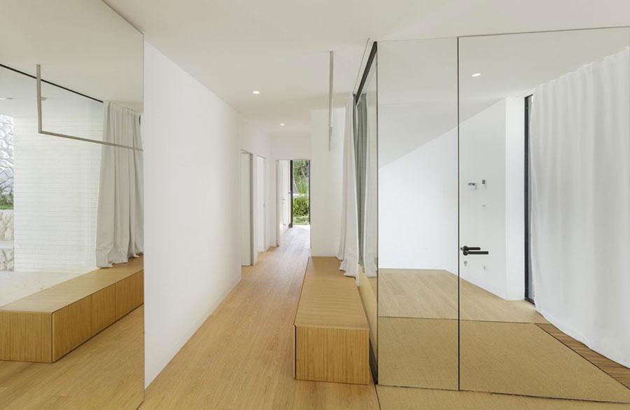 Ingresso piccolo e buio pareti specchiate e specchi n.05