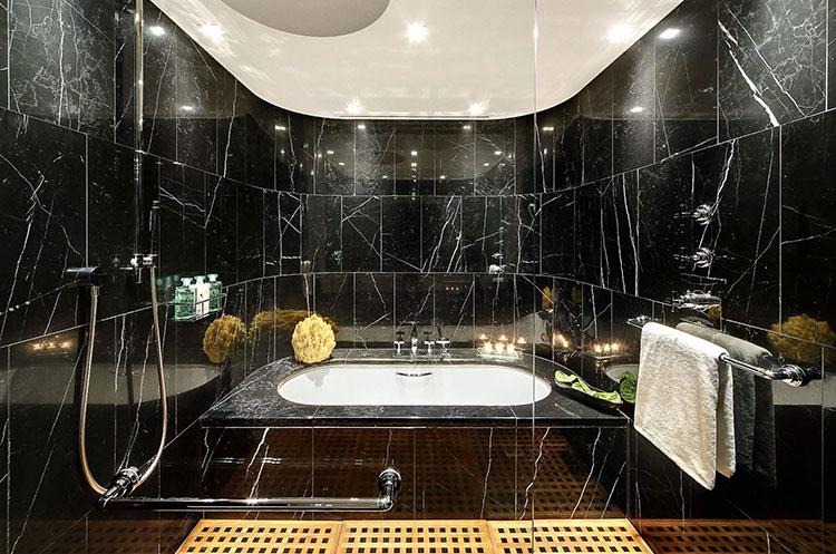 Come arredare un bagno in marmo nero n.05