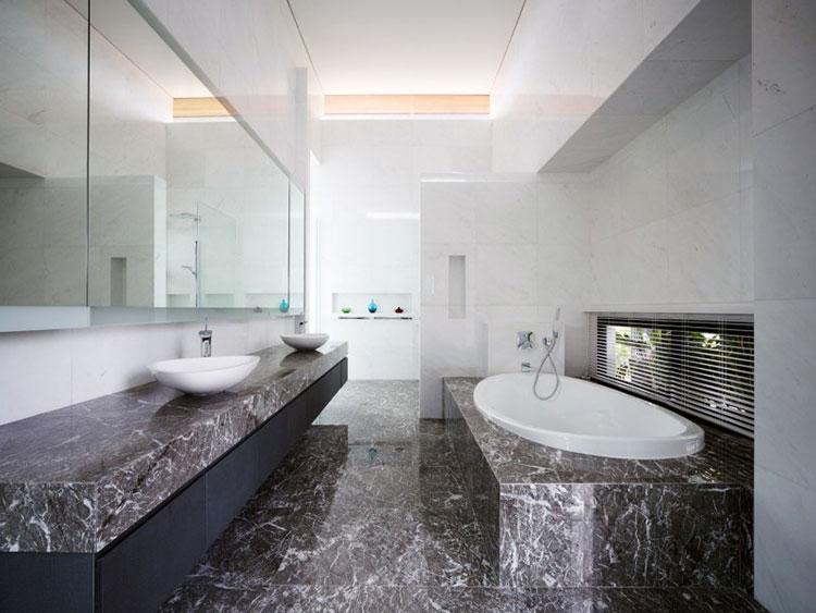 Come arredare un bagno in marmo nero n.09