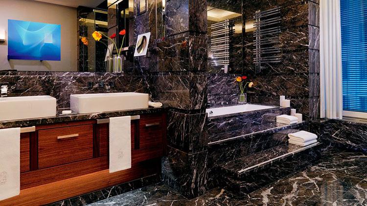 Come arredare un bagno in marmo nero n.11