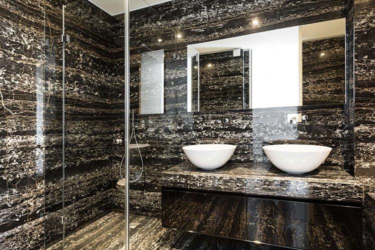 Come arredare un bagno in marmo nero n.14