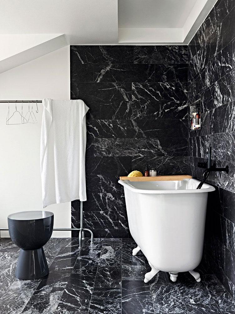 Come arredare un bagno in marmo nero n.20