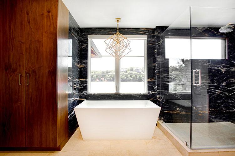 Come arredare un bagno in marmo nero n.22