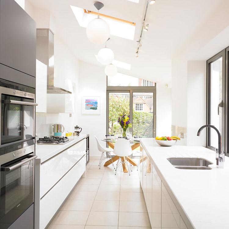 Sistemi di illuminazione per una cucina stretta e lunga 01