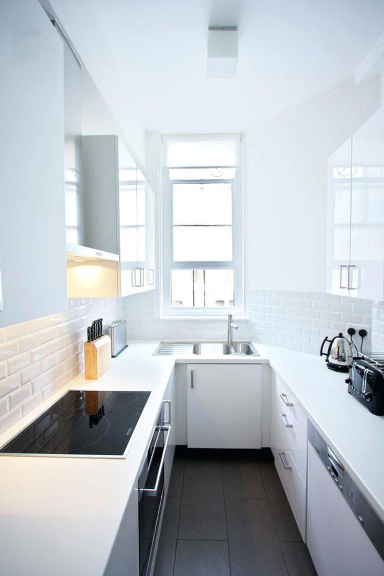 Composizione lineare per una cucina stretta e lunga 01