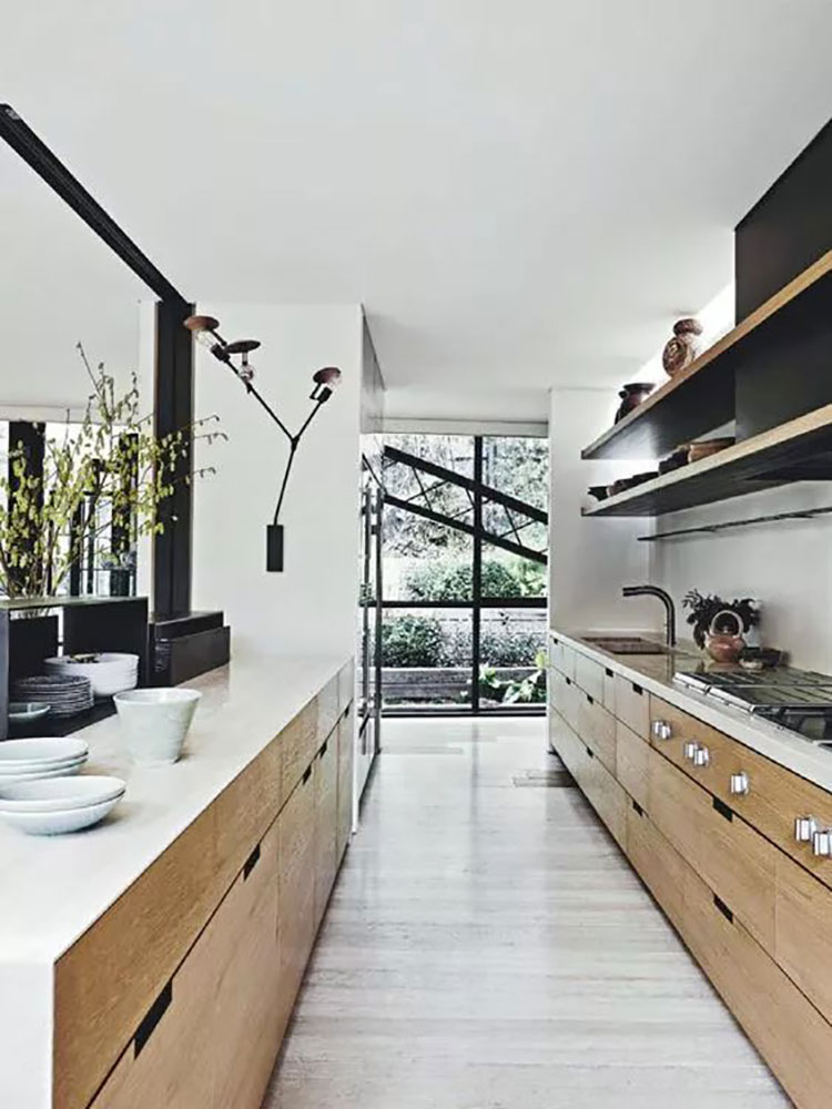 Composizione lineare per una cucina stretta e lunga 03