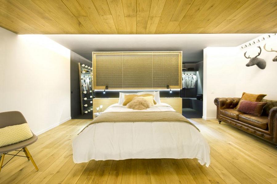 Idee per creare una cabina armadio dietro al letto n.04