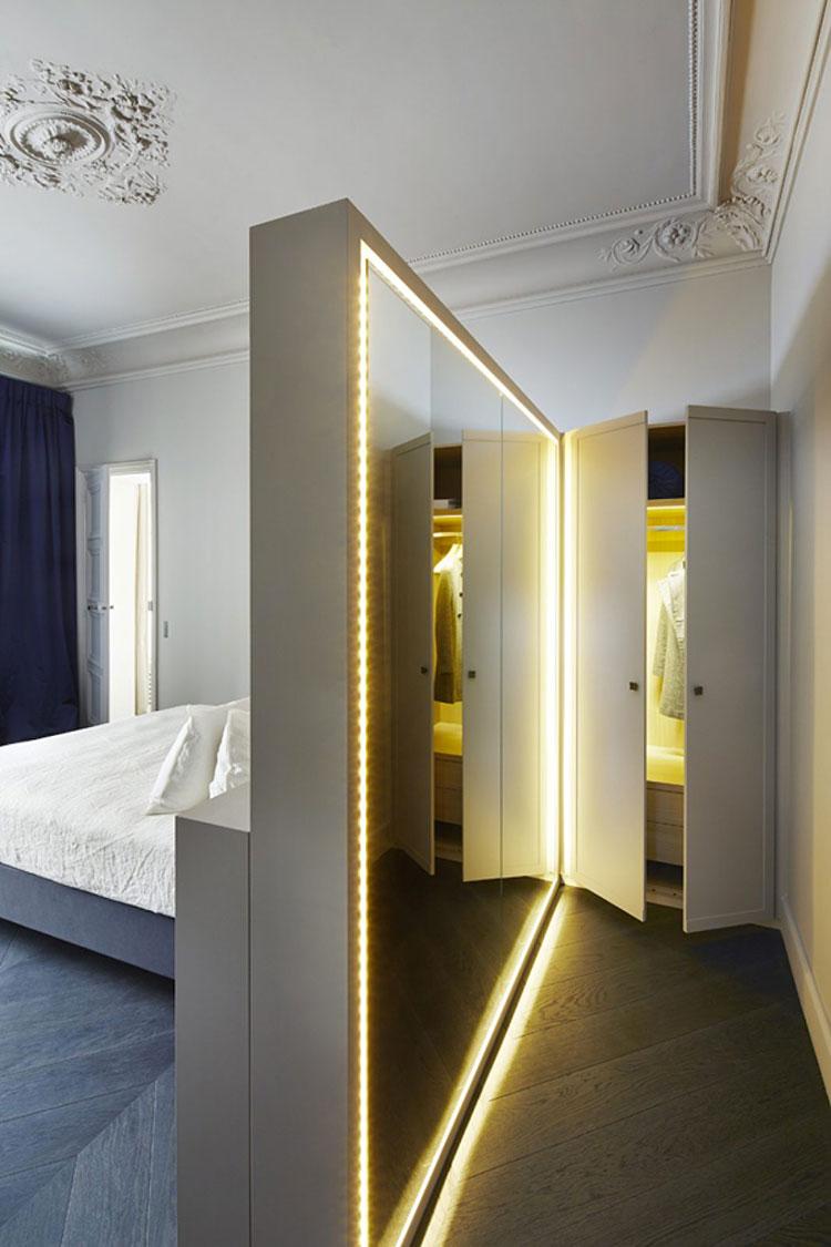 Idee per creare una cabina armadio dietro al letto n.07