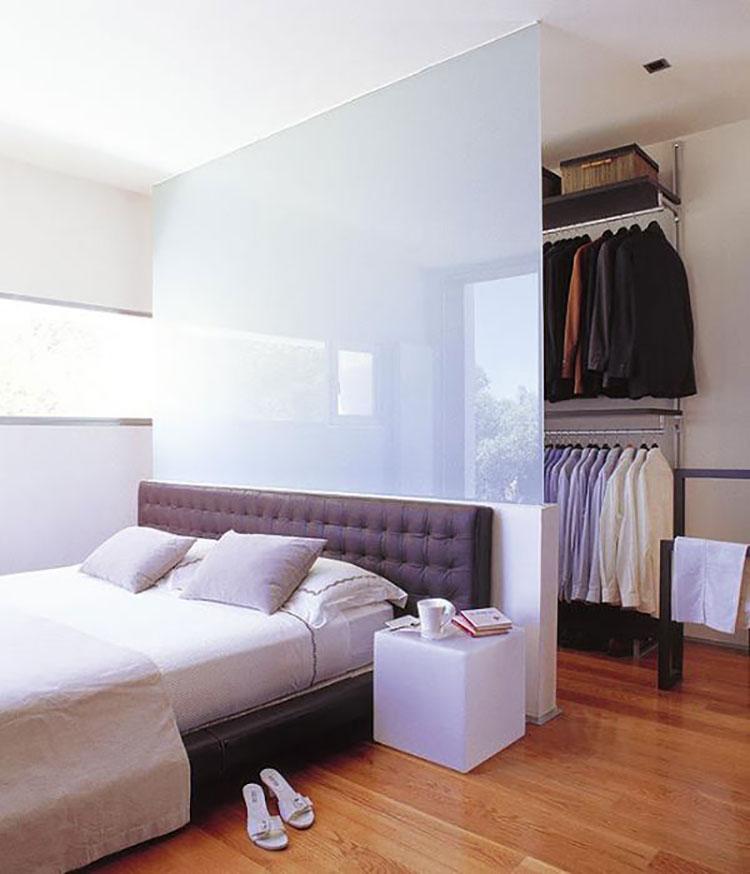 Idee per creare una cabina armadio dietro al letto n.10