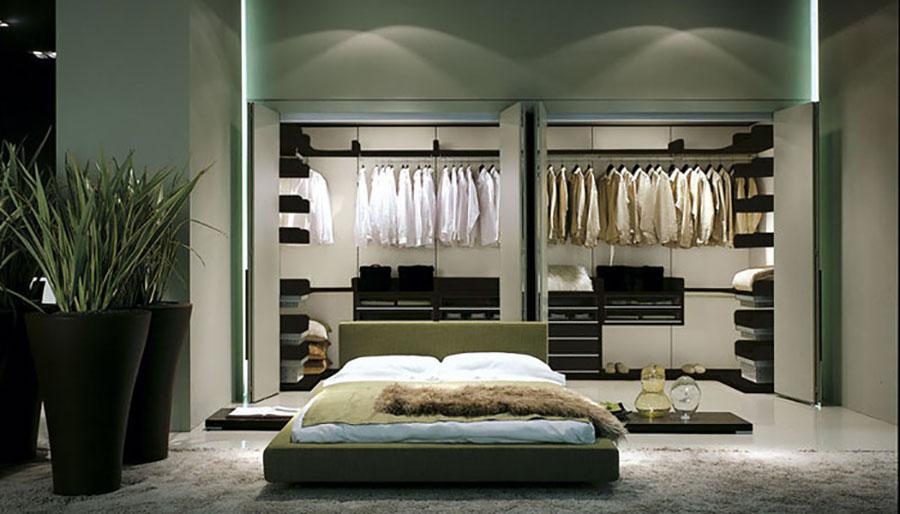 Idee per creare una cabina armadio dietro al letto n.12