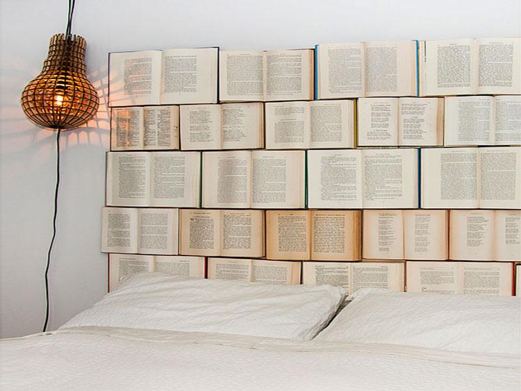 Testiera letto fai da te con libri 1