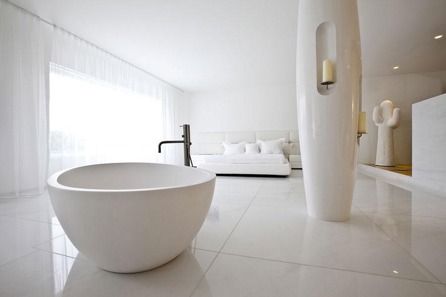 Arredamento per bagno in camera da letto con vasca n.1