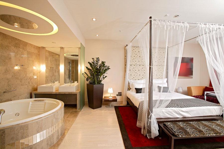 Arredamento per bagno in camera da letto con vasca n.4