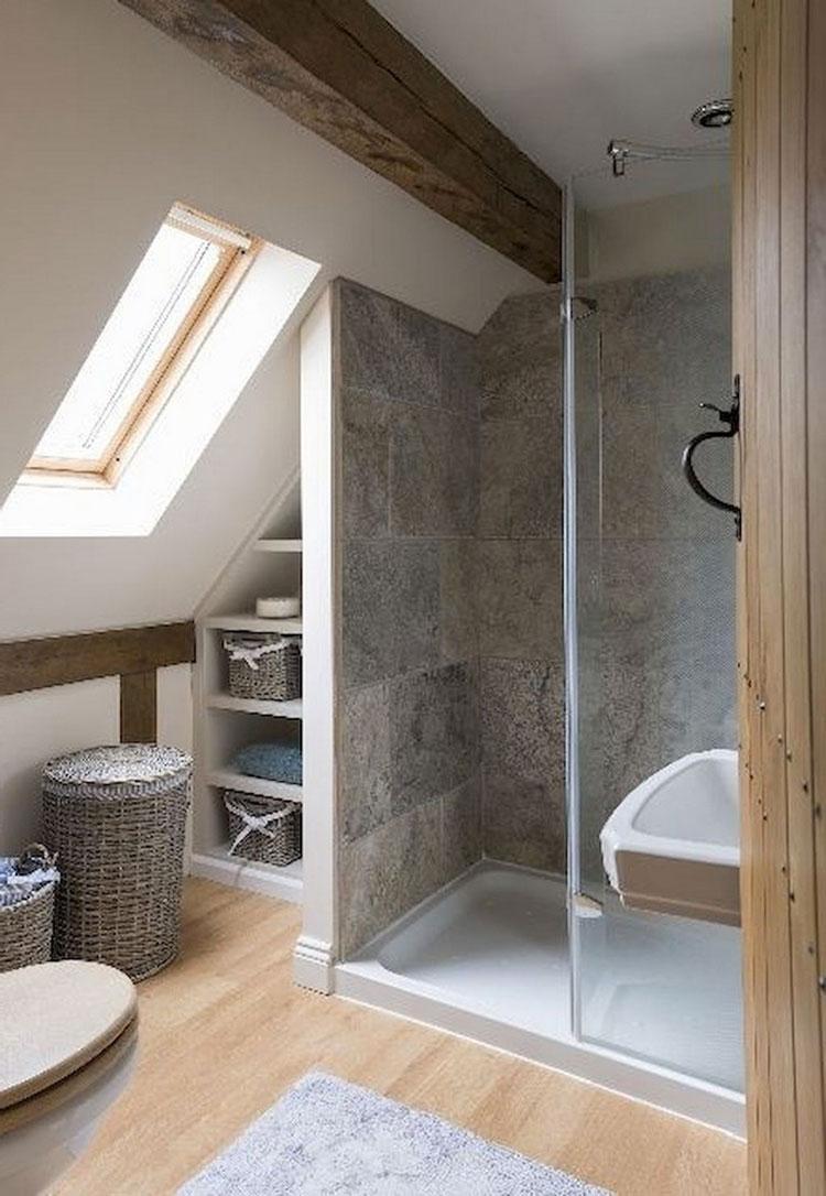 Soluzioni salvaspazio di un bagno in mansarda 1