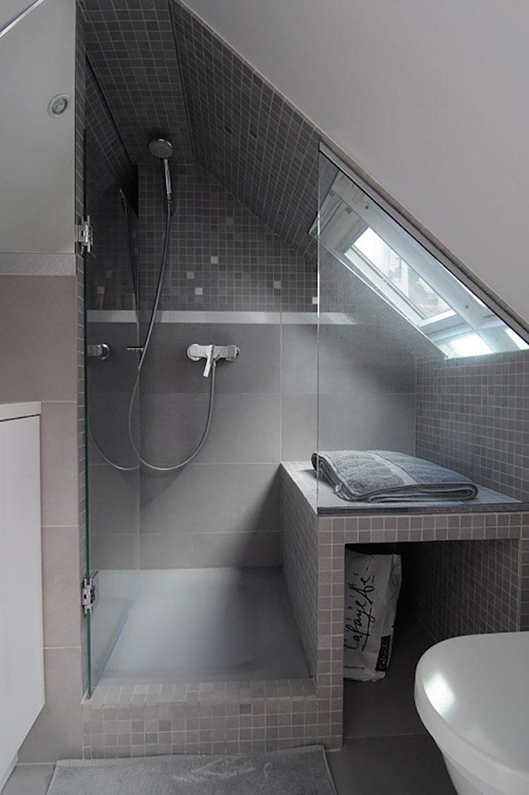 Soluzioni salvaspazio di un bagno in mansarda 2