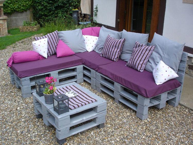 Idee per costruire un divano con bancali fai da te n.01