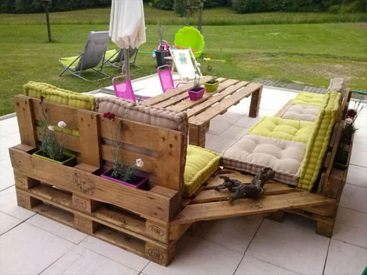 Idee per costruire un divano con bancali fai da te n.03