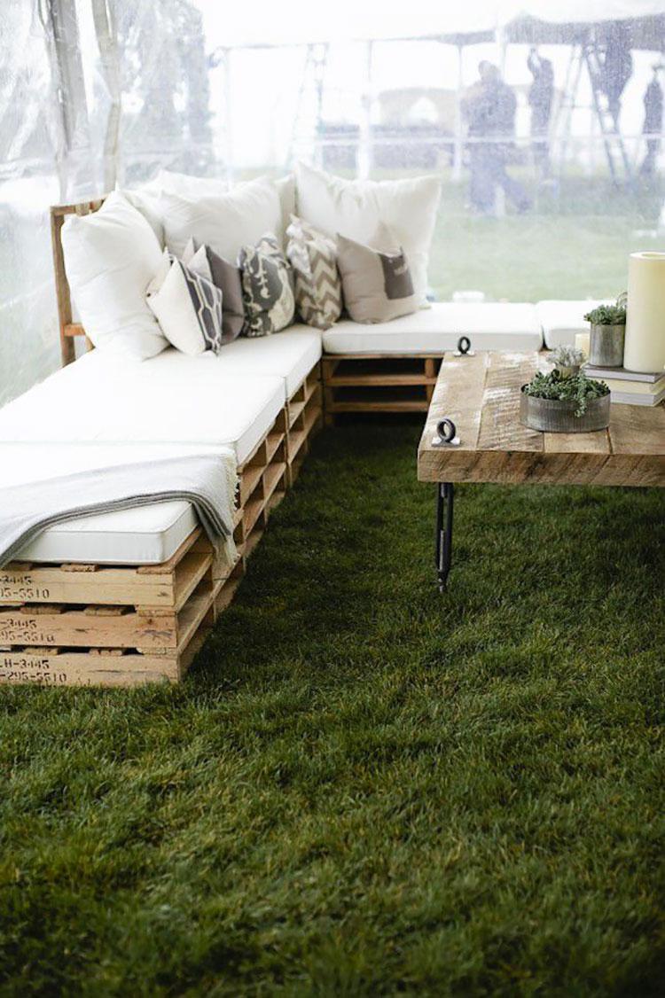 Idee per costruire un divano con bancali fai da te n.05