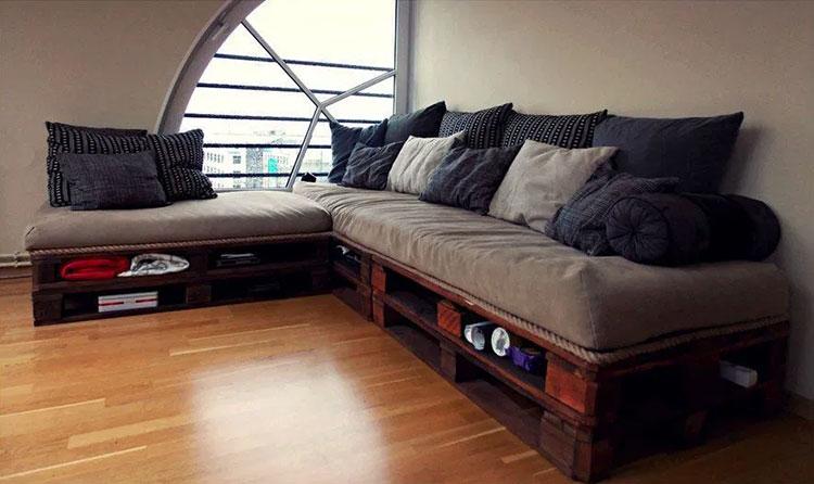 Idee per costruire un divano con bancali fai da te n.06