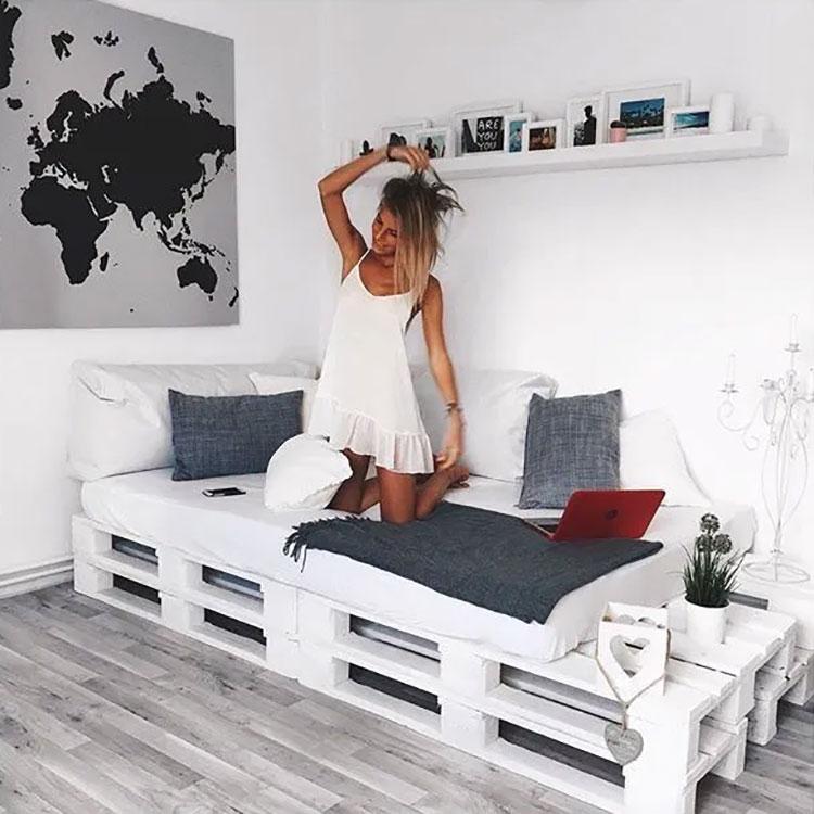 Idee per costruire un divano con bancali fai da te n.07