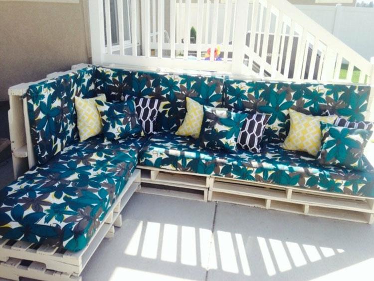 Idee per costruire un divano con bancali fai da te n.08
