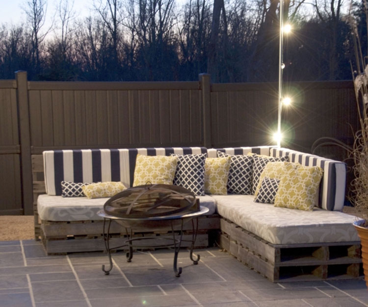 Idee per costruire un divano con bancali fai da te n.10
