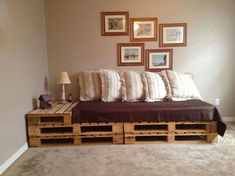Idee per costruire un divano con bancali fai da te n.11