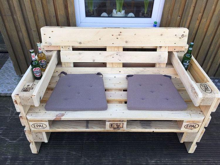 Idee per costruire un divano con bancali fai da te n.12