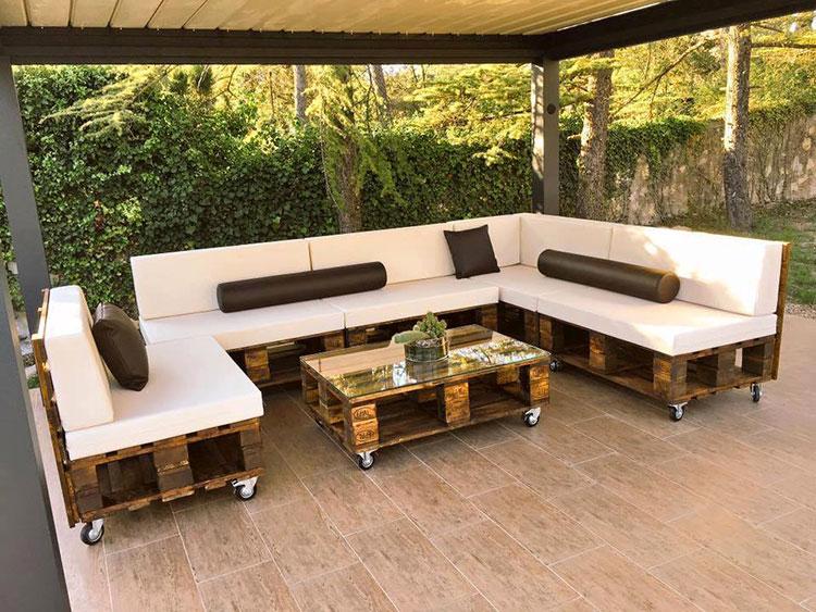 Idee per costruire un divano con bancali fai da te n.13