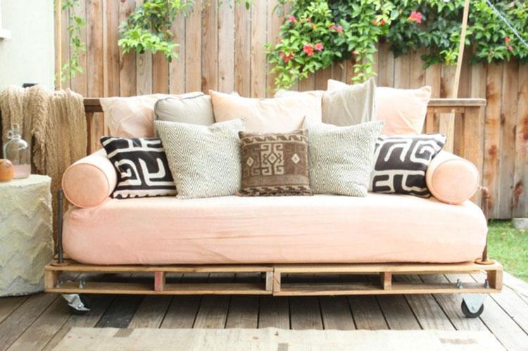 Idee per costruire un divano con bancali fai da te n.14