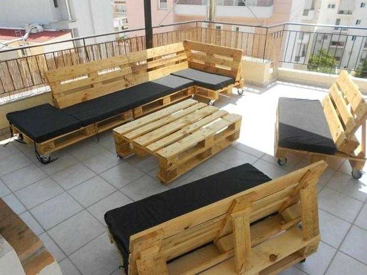 Idee per costruire un divano con bancali fai da te n.15