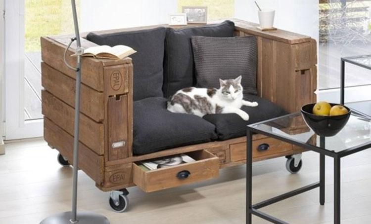 Idee per costruire un divano con bancali fai da te n.16