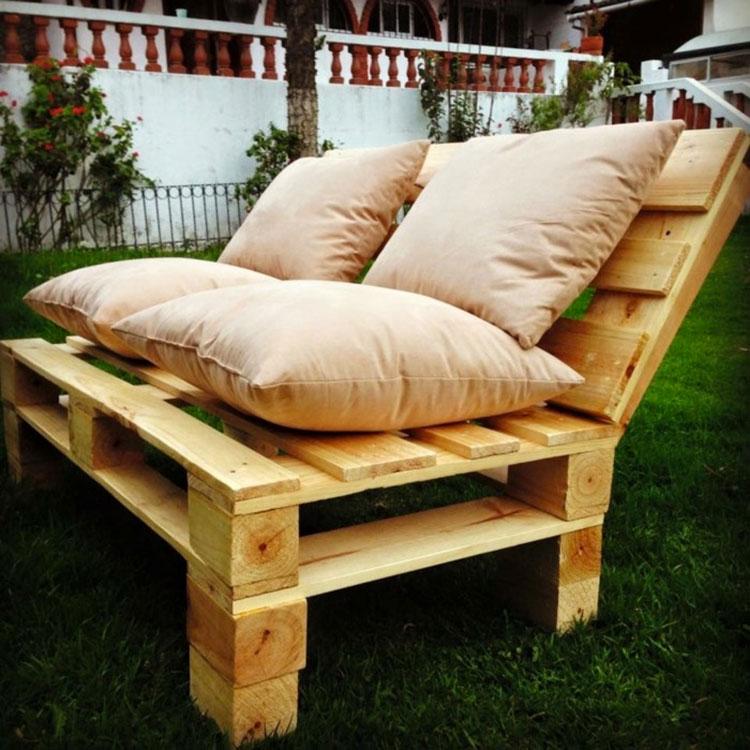Idee per costruire un divano con bancali fai da te n.17