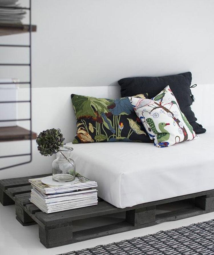 Idee per costruire un divano con bancali fai da te n.18