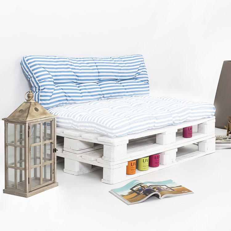 Idee per costruire un divano con bancali fai da te n.19