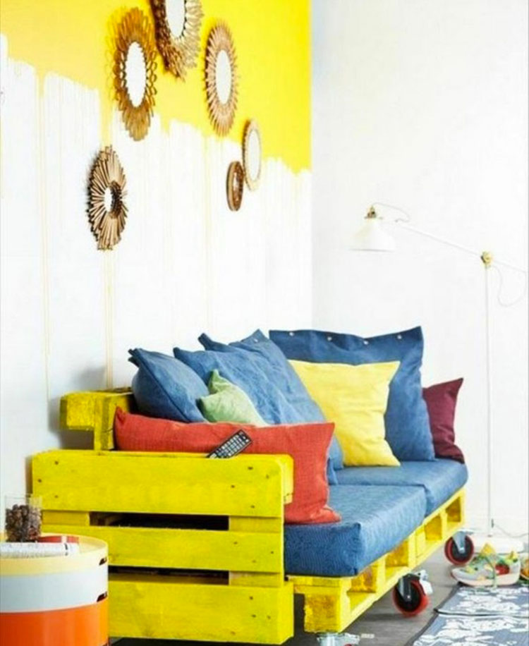 Idee per costruire un divano con bancali fai da te n.20