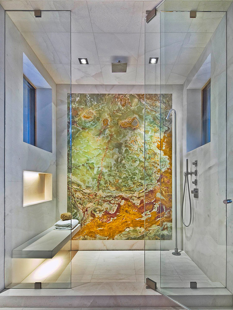 Bagno con rivestimenti in marmo particolare 01