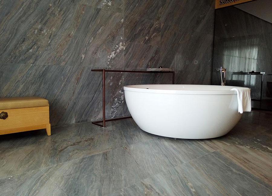 Bagno con rivestimenti in marmo particolare 06