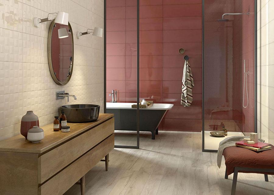 Idee per arredare un bagno rosso e bianco 04
