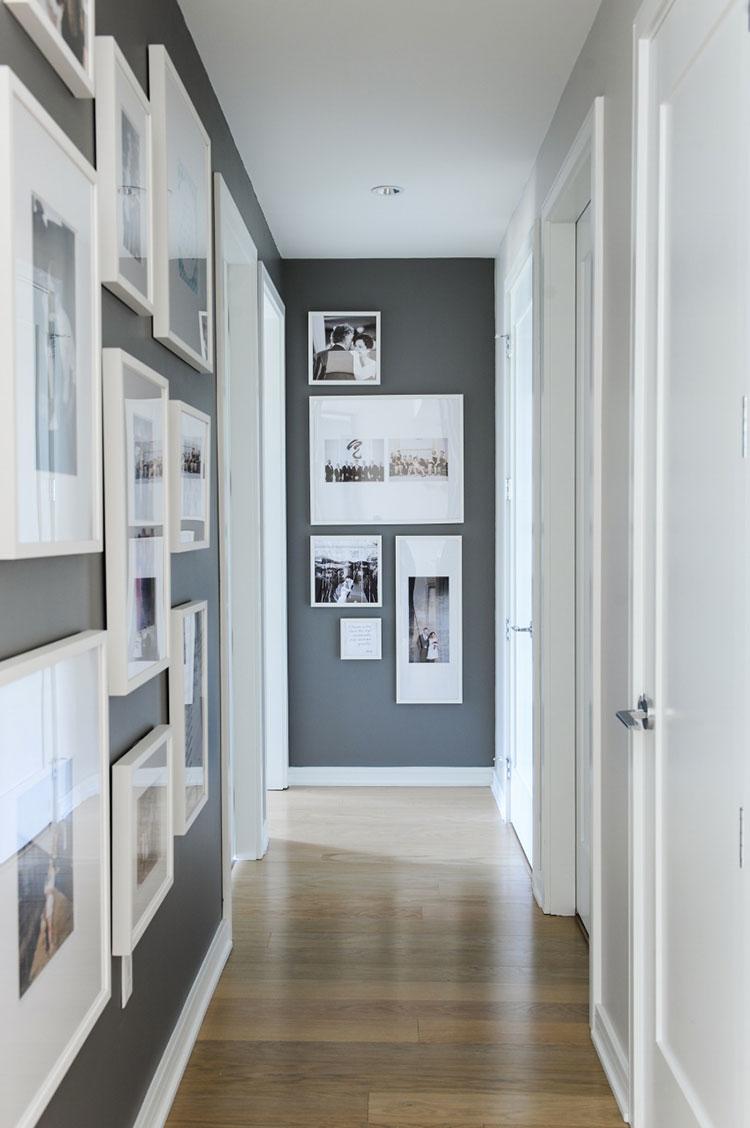 Idee per arredare di un corridoio stretto e corto con cornici e foto n.01
